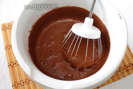 Вливаем масло и молоко, перемешиваем, тесто получается вязким.