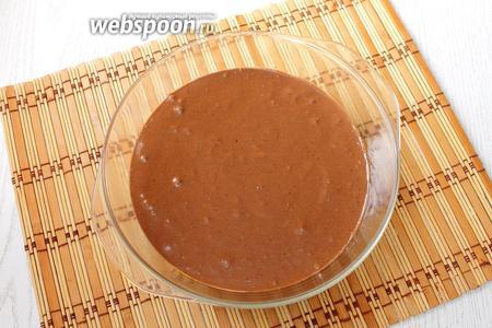 Дно формы застилаем бумагой для выпечки, бока формы слегка смазываем растительным маслом и выкладываем тесто.