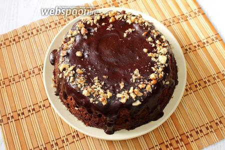 Готовый бисквит по желанию поливаем растопленным шоколадом и посыпаем измельченными орехами.