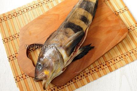 Рыбу очищаем от чешуи. Удаляем внутренности и хорошо промываем.