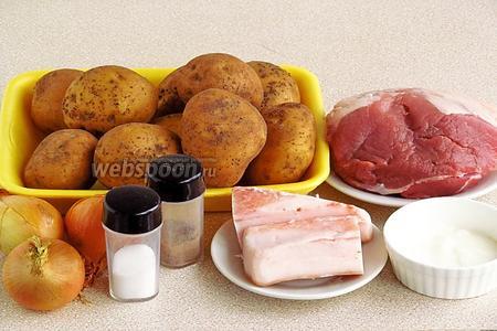 Для приготовления цепелинай нужно взять картофель, мякоть свинины, свиное сало, репчатый лук, сметану, чёрный молотый перец и соль.