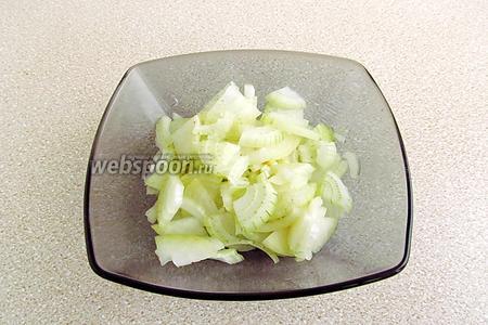 2 луковицы очистить и мелко нарезать.