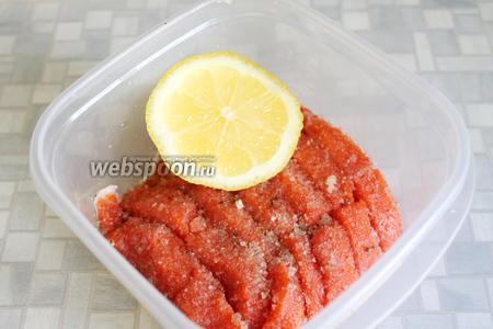 Уложить в подходящую форму и полить лимонным соком. Поставить в прохладное место (в холодильник, осенью — на балкон).