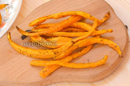 Отправляем в духовку на 10-15 минут. Огонь делаем максимальным. По истечении этого времени, достаём морковные полосочки и хрустим.)