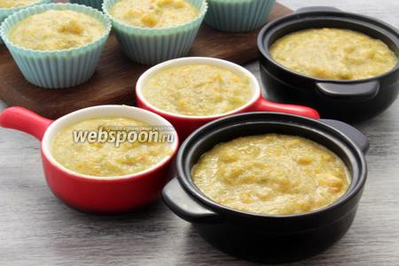 Добротно промазываем порционные ёмкости мягким сливочным маслом. Доверху наполняем смесью и ставим на противне в заранее разогретую духовку, на 15-20 минут, запекаем при температуре 180°С.