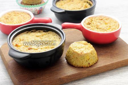 Подаём овощной пудинг в керамических формах горячим и (или), освободив из силиконовых чаш, в качестве холодной закуски.