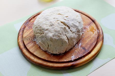 Замесить мягкое и эластичное тесто, накрыть полотенцем и оставить «отдохнуть» на столе, минут 10-15.