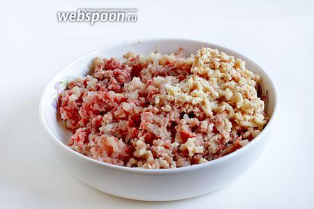 Мясо курицы и говядины прокрутить в мясорубке вместе с луком и замоченным батоном. Добавить все специи (карри взять лучше красный, а не жёлтый) соль и перец. Фарш смешать до однородности.