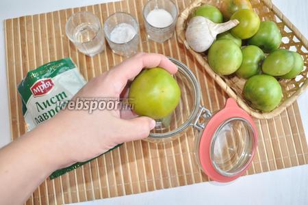 Затем вымытые заранее помидоры. Накладывать в банку их необходимо плотно.