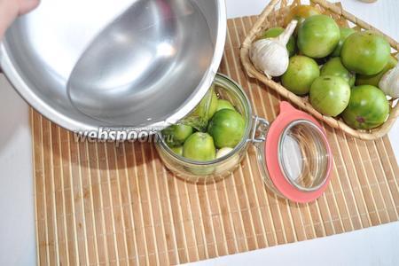 Маринад доведём до кипения и вольём уксус. Полученным горячим маринадом зальём зелёные помидоры.