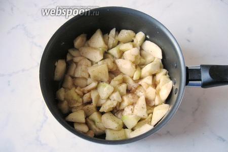 Тушим яблоки с сахаром и корицей 10-15 минут на небольшом огне.