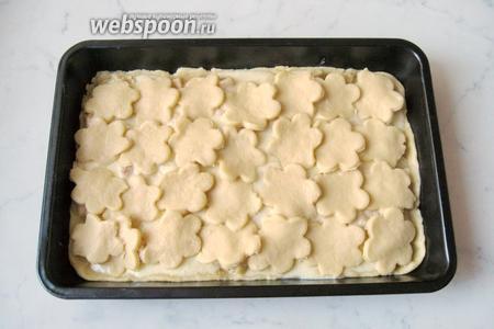 Выкладываем цветочки на яблоки с заливкой. Выпекаем пирог в духовке, разогретой до 170-175°С, 30-40 минут.
