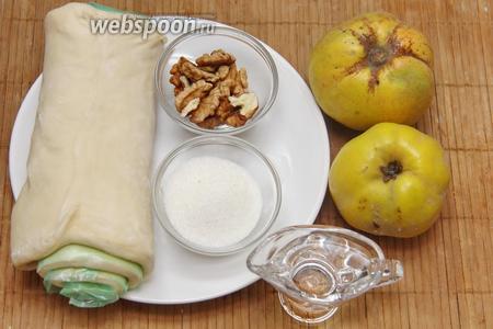 Для приготовления нам понадобится тесто слоёное, айва, сахар, орехи, вода.