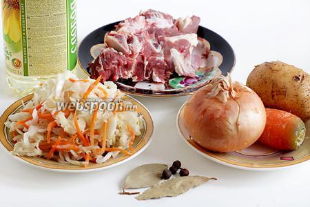 Для приготовления кислых щей на говядине лучше всего взять мясо на сахарной косточке, большую луковицу (я делю её на 2 части, 1 часть сразу в бульон, а вторую потом обжариваю), морковь, картошку, растительное масло, ложку кетчупа, лавровый лист и перец горошком.
