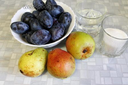 Для приготовления компота взять сливы, груши, сахар и воду.