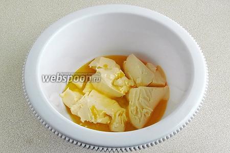 Соединить размягчённое сливочное масло с жидким мёдом.