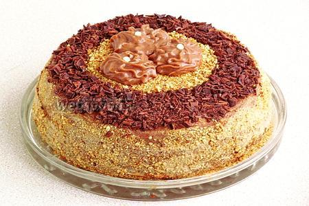 Бока торта обсыпать обжаренной крошкой, из срезанной верхушки коржа, и украсить торт по своему усмотрению.
