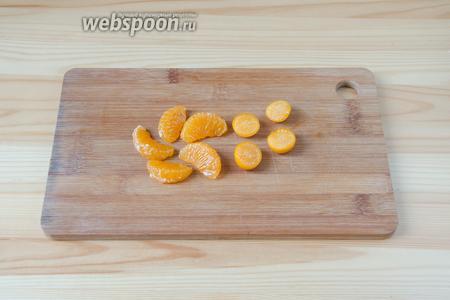 А пока можно подготовить мандарины и физалис. Мандарины очищаем от кожуры и с каждой дольки снимаем плёночку. Физалис режем пополам.