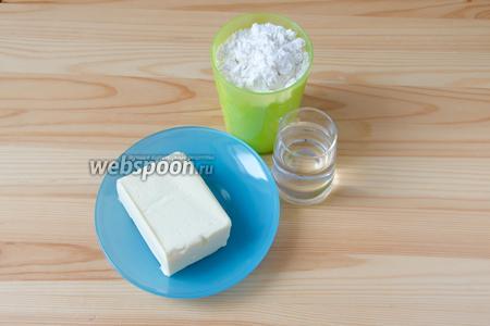 Сперва приготовим песочное тесто. Ингредиенты для него классические: мука, сливочное масло, немного соли и ледяная вода.