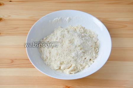 Добавляем муку и соль, и быстро всё перетираем в масляную крошку. Чтобы масло не нагревалось, можно всё это делать в комбайне.
