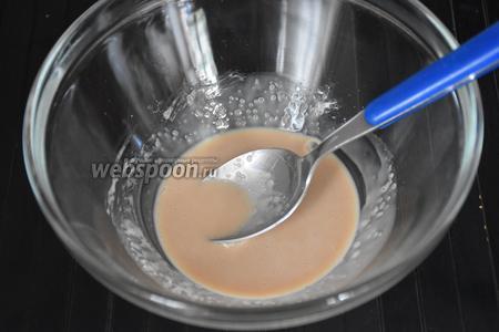 Дрожжи растереть с 1 ст. л. сахара, пока дрожжи не станут жидкими.