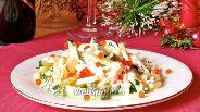 Фото рецепта Салат из кальмаров с огурцами и зеленью