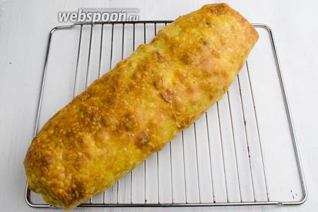 Аккуратно перенести штрудель на решётку. Остудить. Подавать к ужину или на перекус. Для поливки, к этому штруделю, рекомендую ягодные соусы: смородиновый, калиновый.