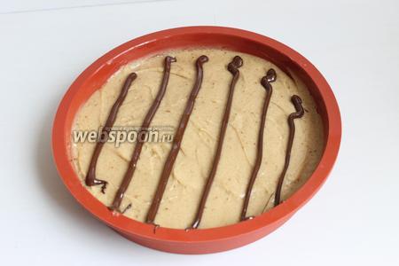 Шоколад растопим в микроволновке, наберём в корнетик и нарисуем такие полоски. Немного криво получилось, но нестрашно.