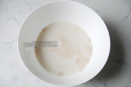 Молоко подогреть до температуры 30-35°С. Растворить в нём дрожжи и добавить 1 столовую ложку сахара. Через 10-15 минут дрожжи активируются и начнут пениться.