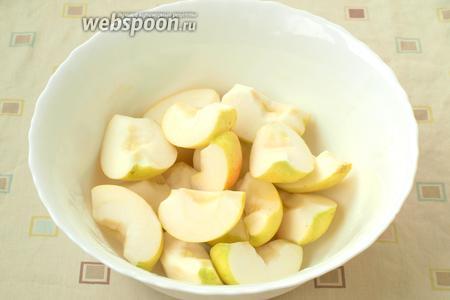 Разрезать яблоки, удалить сердцевину с семечками.