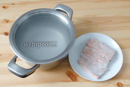 Доводим бульон до кипения, солим его и варим минут 15, затем процеживаем, а рыбу выкладываем на тарелку.
