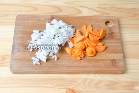 Пока варится картофель, режем мелко лук и морковь.