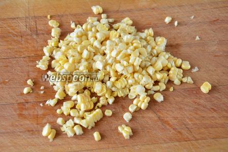 Кукурузу не провариваем, оставляем сырой. Отделяем зёрна кукурузы от початка с помощью ножа.