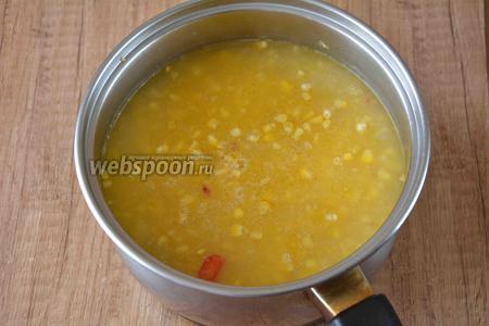 Даём супу закипеть. Слегка уменьшаем огонь и тушим под крышкой до готовности крупы. Если вода будет выкипать, добавляйте немного по необходимости.