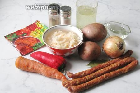 Для приготовления таких щей потребуются следующие продукты: мясной бульон, картофель, морковь, лук репчатый, квашеная капуста, копчёные сосиски, перец болгарский, масло подсолнечное, лавровый лист, петрушка, соль, перец красный молотый и перец чёрный молотый.