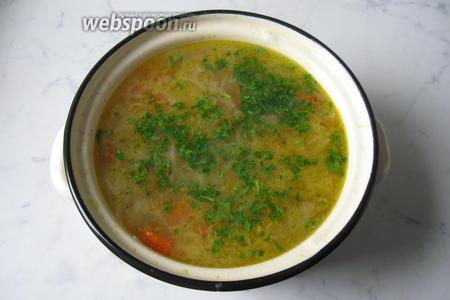 Петрушку помыть и мелко нарезать. Добавить в готовые щи. Ароматные, вкусные и сытные щи готовы. Подаём блюдо на первое в обед.