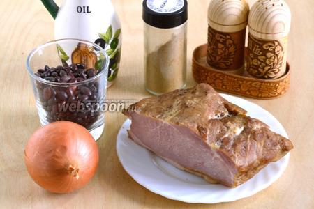 Подготовьте необходимые ингредиенты для супа: сухую красную фасоль, копчёное мясо, лук, растительное масло и специи. Также вам понадобится горячая вода или бульон.