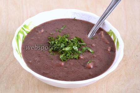 Суп-пюре из красной фасоли готов. Подавайте его с зеленью.