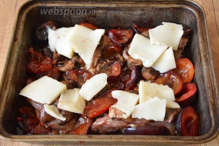 Сыр порезать тонкими слайсами. Выложить на куриное бедро. Выпекать в разогретой до 200°С духовке, около 30-40 минут. Готовое блюдо подавать с петрушкой. Приятного аппетита!