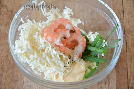 Добавить очищенные креветки (креветки можно предварительно залить кипятком, очистить от панциря) и соль.