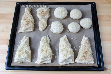 У меня штрейзель был заготовлен для сдобных булочек разной формы (тесто можно использовать любое дрожжевое). Перед посыпкой булочки необходимо чем-нибудь смазать. Например, желтком, молоком или просто водой.