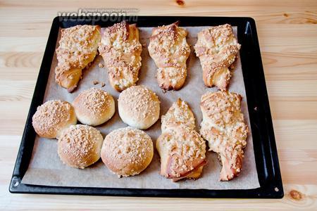 Выпекаем булочки до румяного цвета в духовке, при 180°С в течение 40 минут.