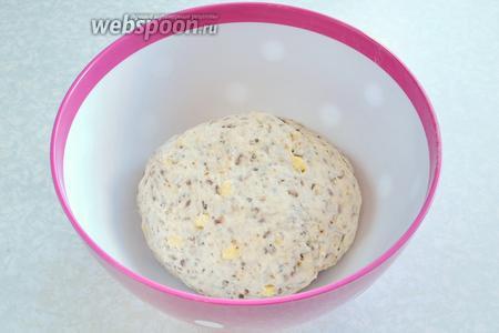 Затем, медленно перемешивая, вливаем понемногу 200 мл тёплой воды. Замешиваем руками тесто, до тех пор, пока оно не перестанет прилипать к стенкам миски.