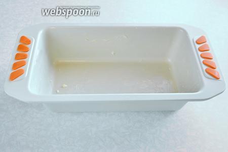 Приготовим форму для выпечки, смазав её сливочным маслом. Форма у меня размером 23х13х6,5 см.