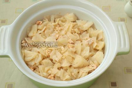 Кастрюлю для запекания смазать сливочным маслом и выложить в неё капусту с курицей.