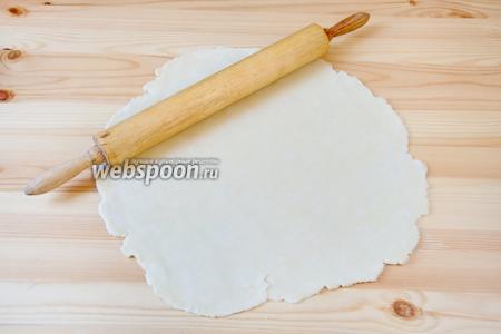 Охлаждённое тесто раскатываем в пласт толщиной 3 мм.