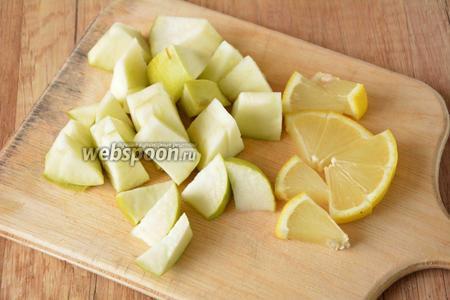 Яблоко и лимон порезать  дольками.
