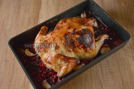 Запекать цыплёнка в разогретой до 200°С духовку 1 час 10 минут. Через определённое время, блюдо готово! Приятного аппетита!