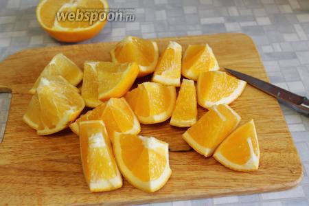 Апельсины хорошо промыть щёткой в горячей, а потом в холодной воде. Нарезать для измельчителя, если у вас попались апельсины с косточками — то их удалить.