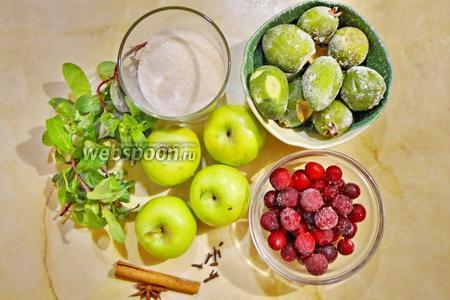 Для приготовления нам потребуются яблоки, лучше маленькие, клюква и фейхоа (у меня мороженые), сахар (по вкусу), вода. А также пряности: мята, корица, бадьян и гвоздика.